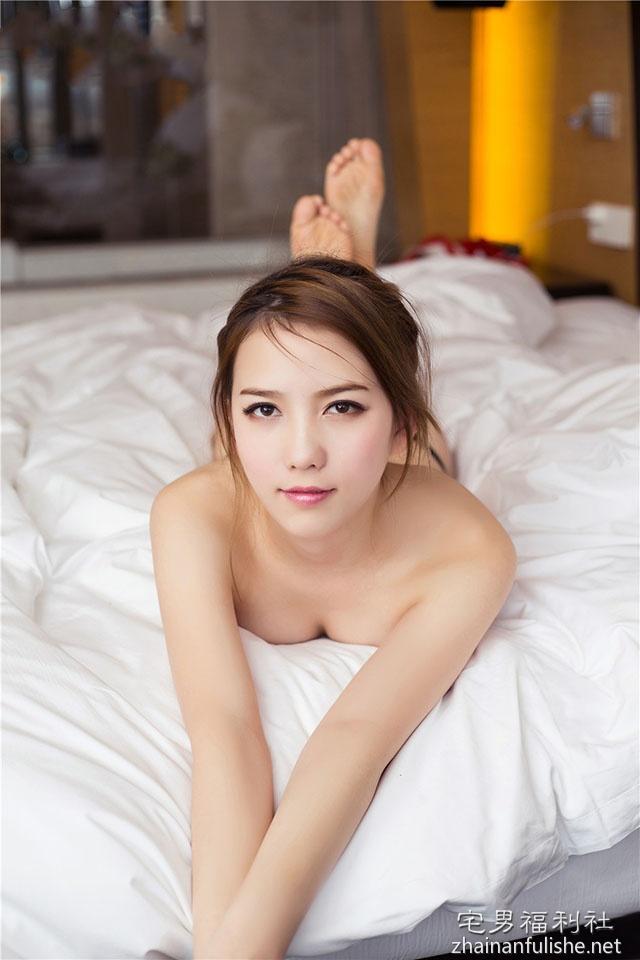 头条女神哈拿Logo裸体写真 一丝不挂激起男人欲望