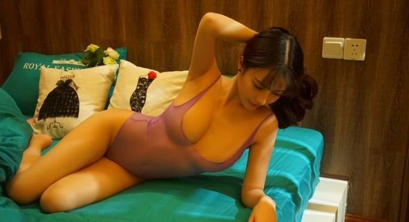 大长腿美女乳量惊人 粉嫩凸点若隐若现