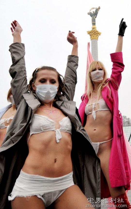 口罩式比基尼 胸器妹遮不住巨乳令人兴奋