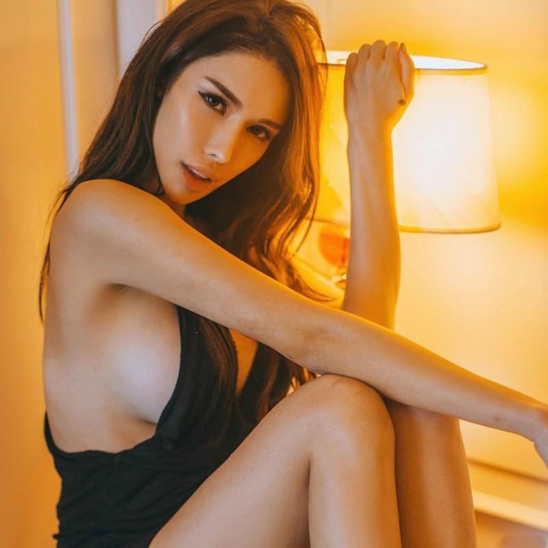 天桥下偷拍美女走光图 火辣DJ Jade Rasif比基尼包不住巨乳乳晕走光