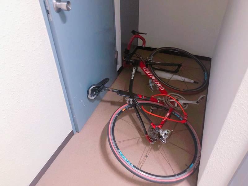 """真人版""""密室逃脱"""" 被自行车困在家中等待救援"""