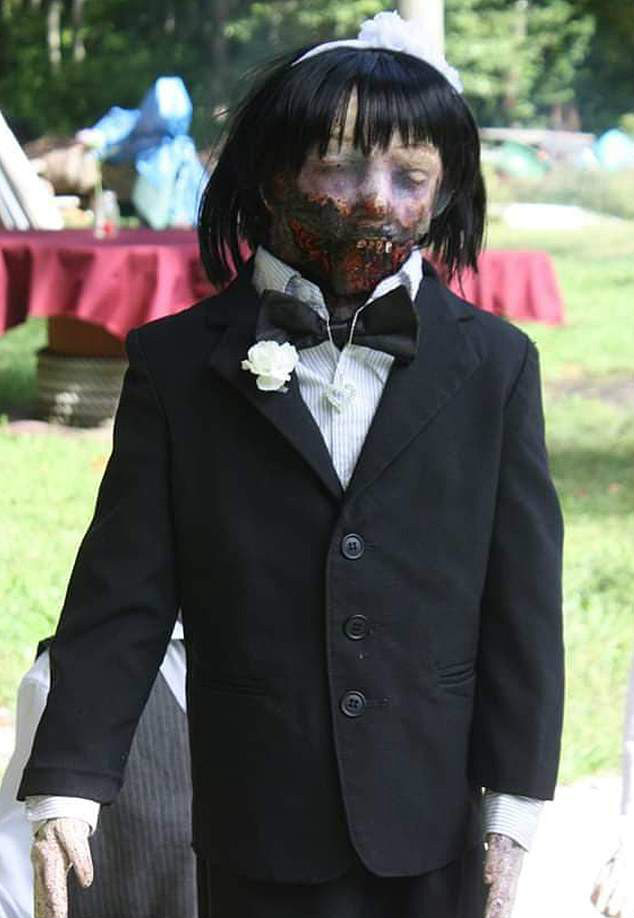 美国奇葩女子与僵尸娃娃结婚 婚礼后就圆房