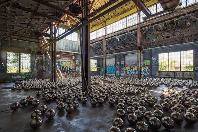 草间弥生《自恋庭园》再现纽约 传奇艺术家用1500颗镜面金属球重现经典装置艺术