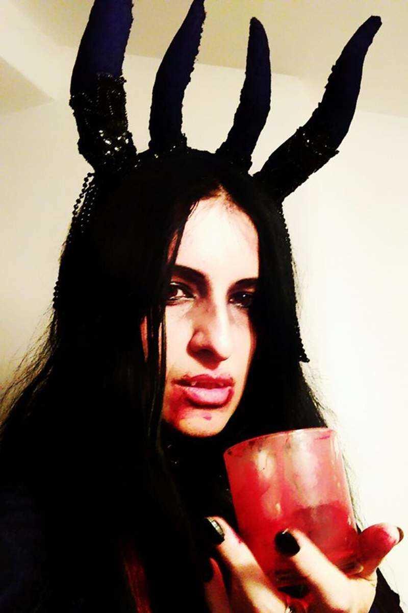 """梦到是吸血鬼的后代 喝人血睡棺材过""""吸血鬼""""生活"""