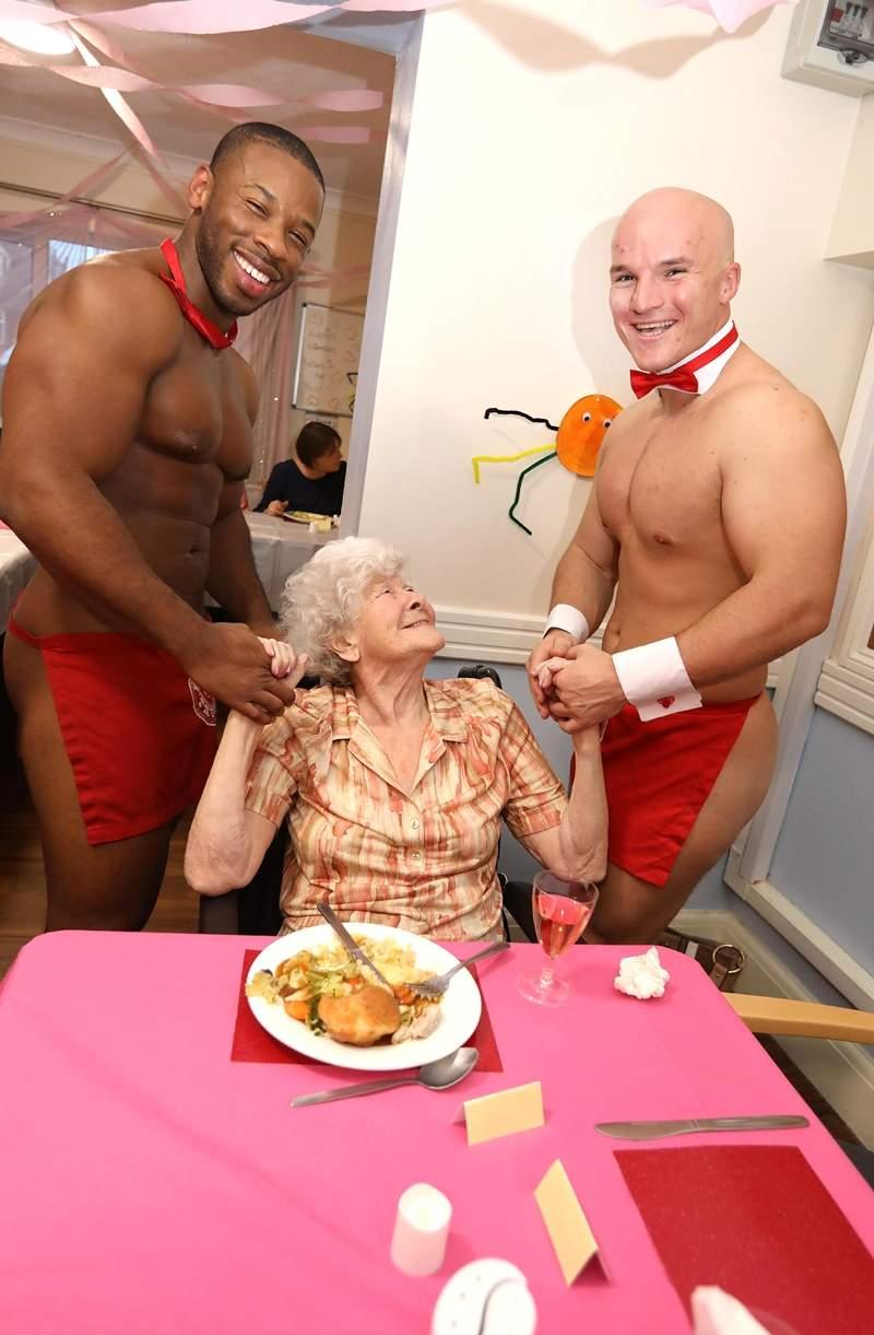 """养老院""""百岁老人""""想看小鲜肉 猛男裸体围裙秀乐坏老奶奶"""