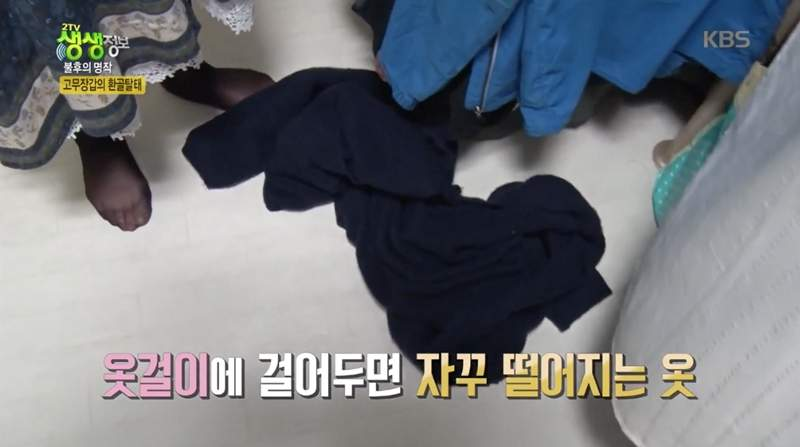 """针织外套实用收纳法 衣架上加个小""""东西""""怎么晃都不掉"""