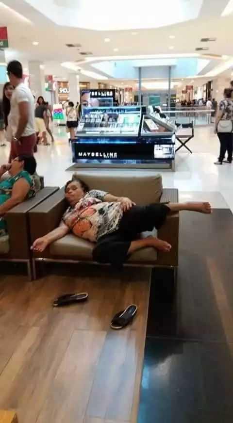 在公众场合保持形象有多重要 妇女在商场睡着遭恶搞