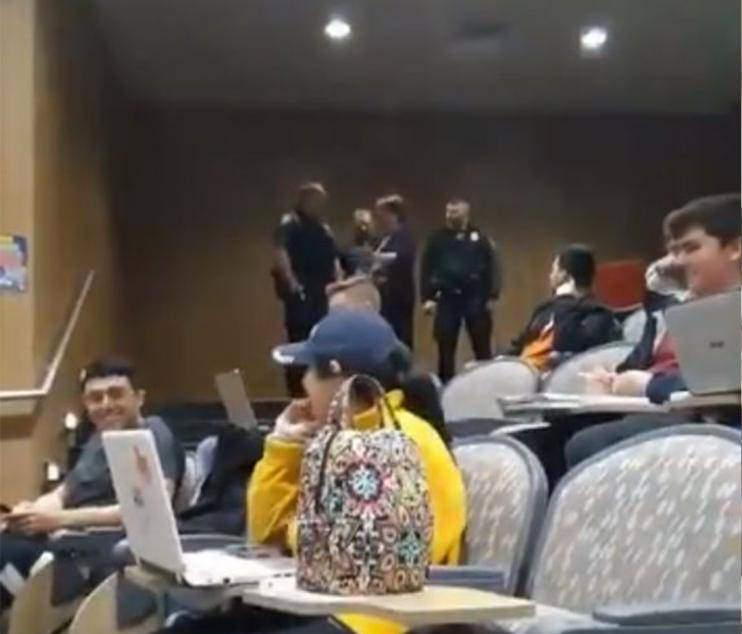 美国大学生上课翘脚惹怒教授 大发雷霆后报警请警察带走学生
