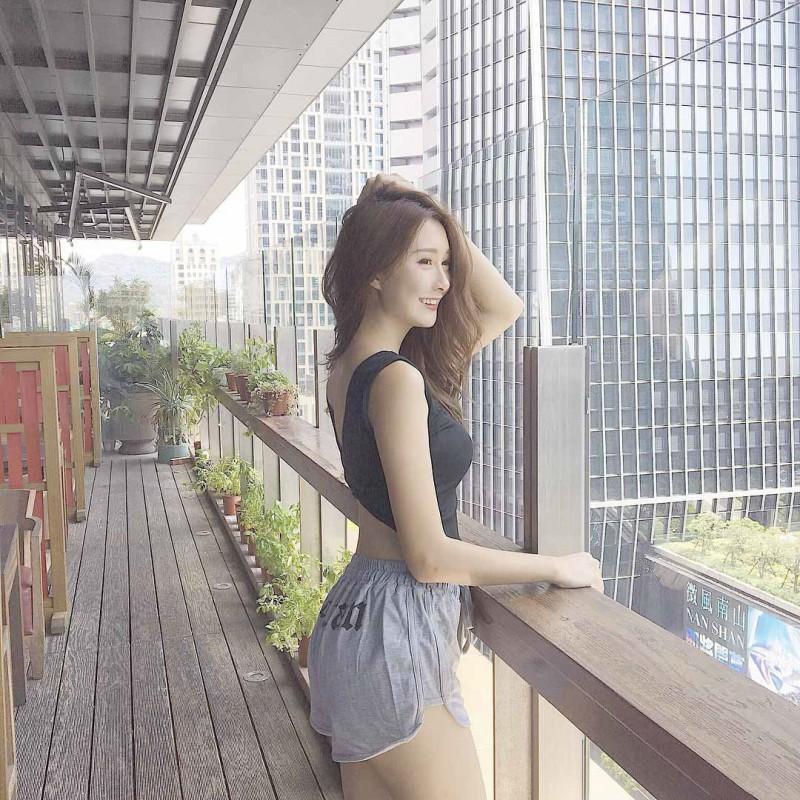台湾美女卢盈汝 泳池比基尼秀性感曲线诱人