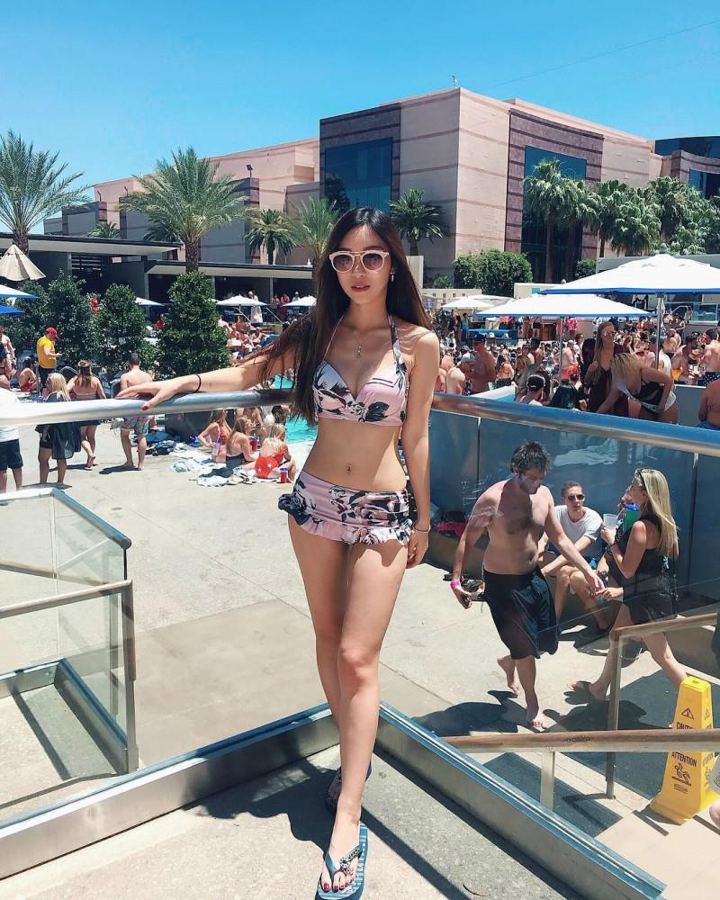 香港IG正妹Nicole Liu 闺房自拍秀性感大长腿