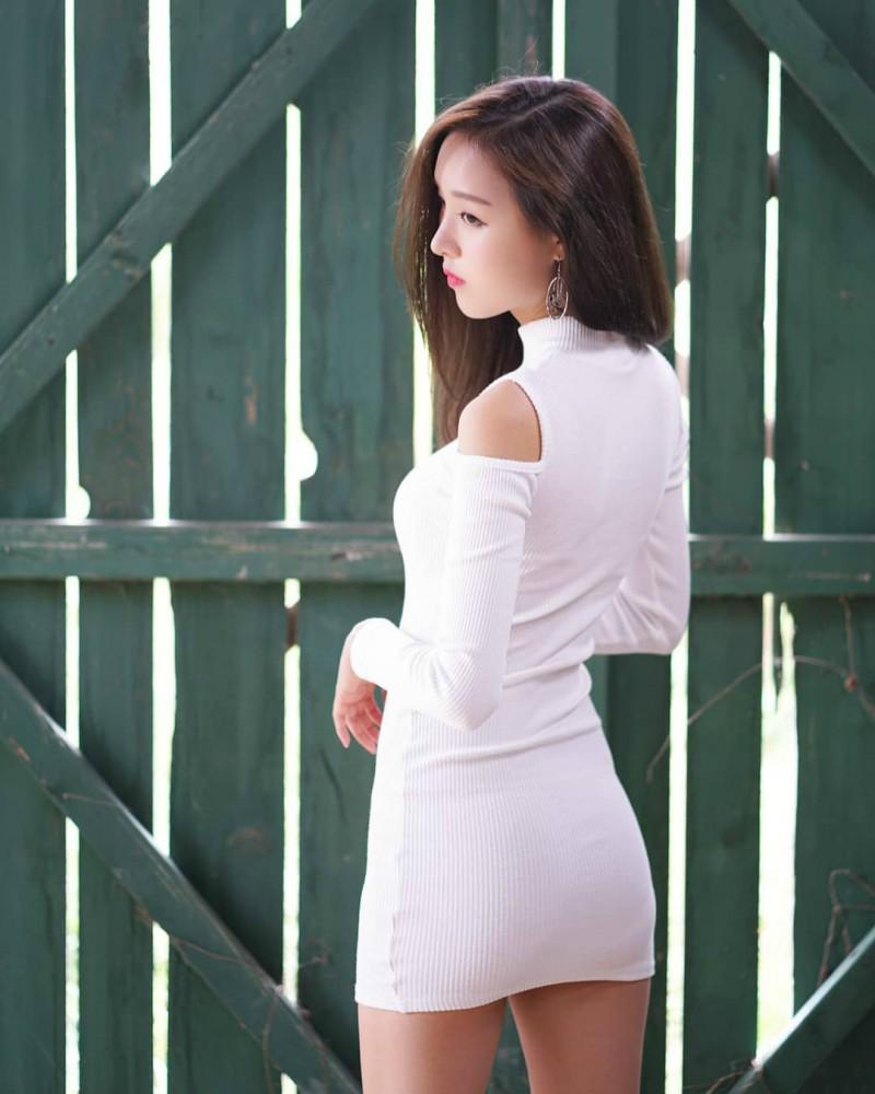 韩国连身裙正妹 户外自拍性感S曲线迷人