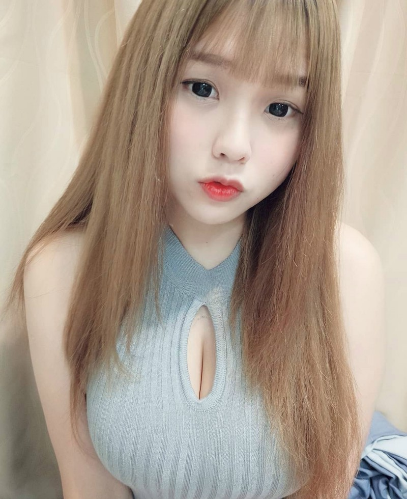 台湾童颜巨乳美女 性感正妹卖萌床照事业线诱人