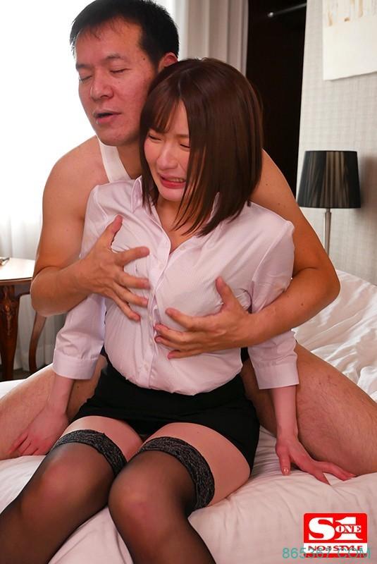 SSNI-832 :巨乳下属鹫尾芽衣被主管偷改订房,在她身上疯狂发泄!