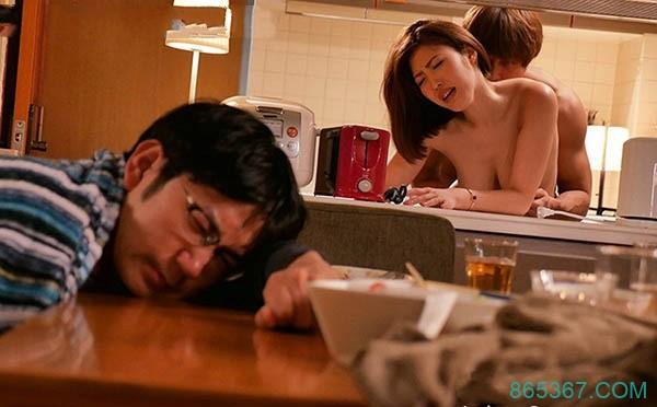 JUY-771:酒后乱性!G罩杯短发女神酒后乱性认错人?水野朝阳在老公面前被硬上了!