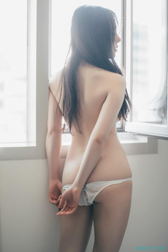 韩国美女泳装诱惑、美乳半露销魂诱惑写真