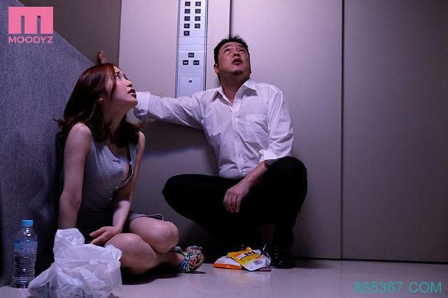 MIAA-086 :篠田优和邻居依偎在狭小的电梯里做了起来!
