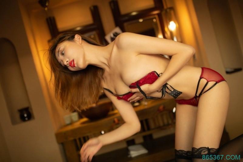 清纯嫩模陆萱萱红色内衣让你大饱眼福身材火辣又甜美。