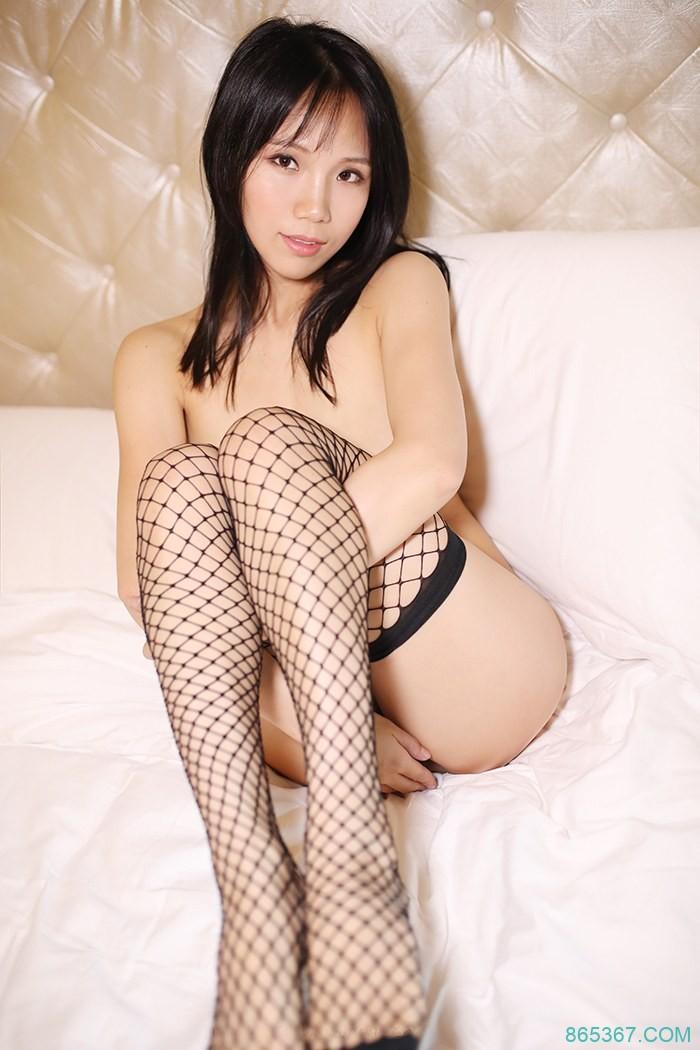 极品尤物丰乳肥臀,黑丝网袜诱惑,性感全裸大尺度卧室写真