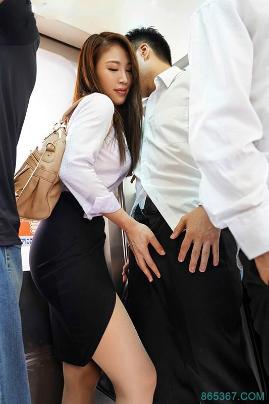 JUL-116:忍不住伸手探索「凛音 とうか」的裙底,兴奋的抚摸她的臀部…