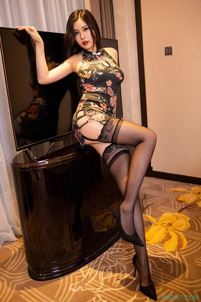 风骚美女紧身旗袍性感吊带黑丝诱惑,巨乳翘臀搔首弄姿表情销魂