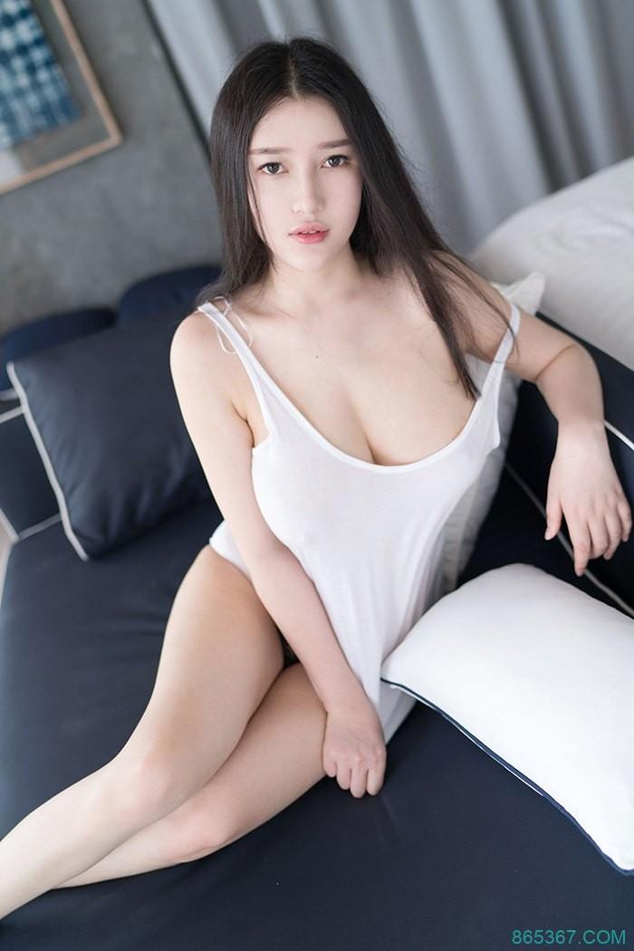 白皙妹子童颜巨乳,性感长腿蕾丝内裤,透明上衣湿身诱惑写真