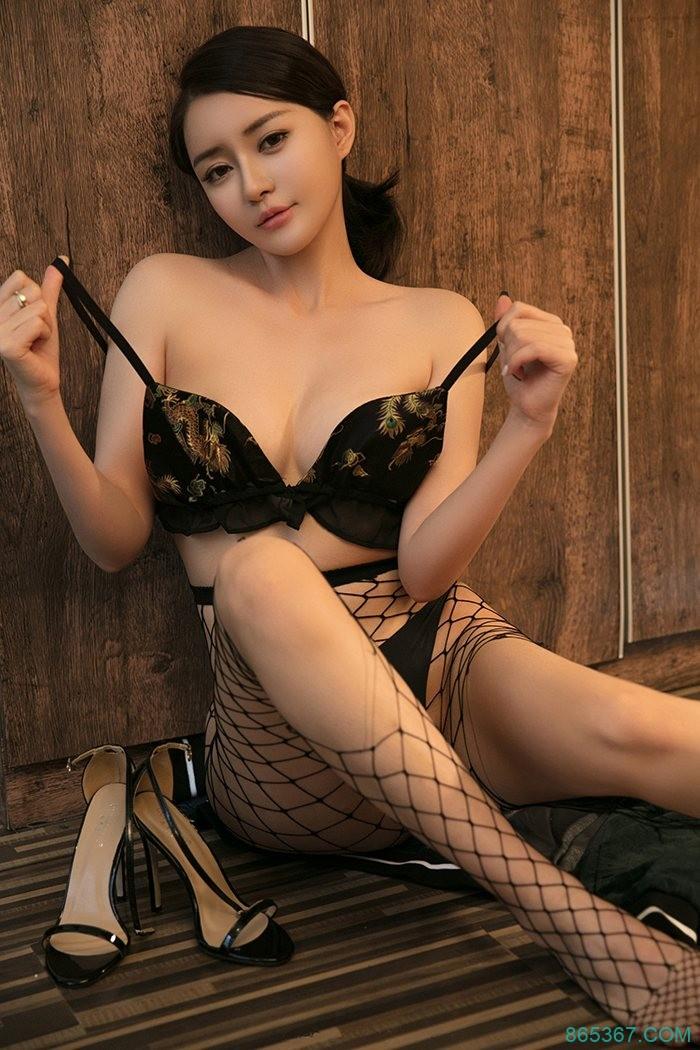 极品尤物黑丝网袜尽显巨乳翘臀好身材,性感御姐半裸身体酒店床照夹枕头