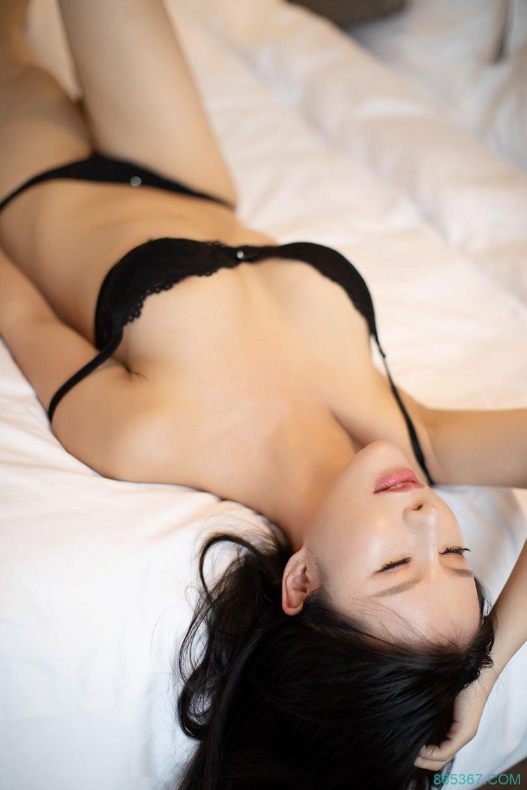 性感嫩模大奶撑爆黑色情趣内衣诱惑十足,眼神渴望姿势暧昧酒店大尺度私房写真